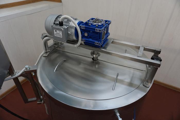 Ванна длительной пастеризации ВДП на 200, вид на привод мешалки