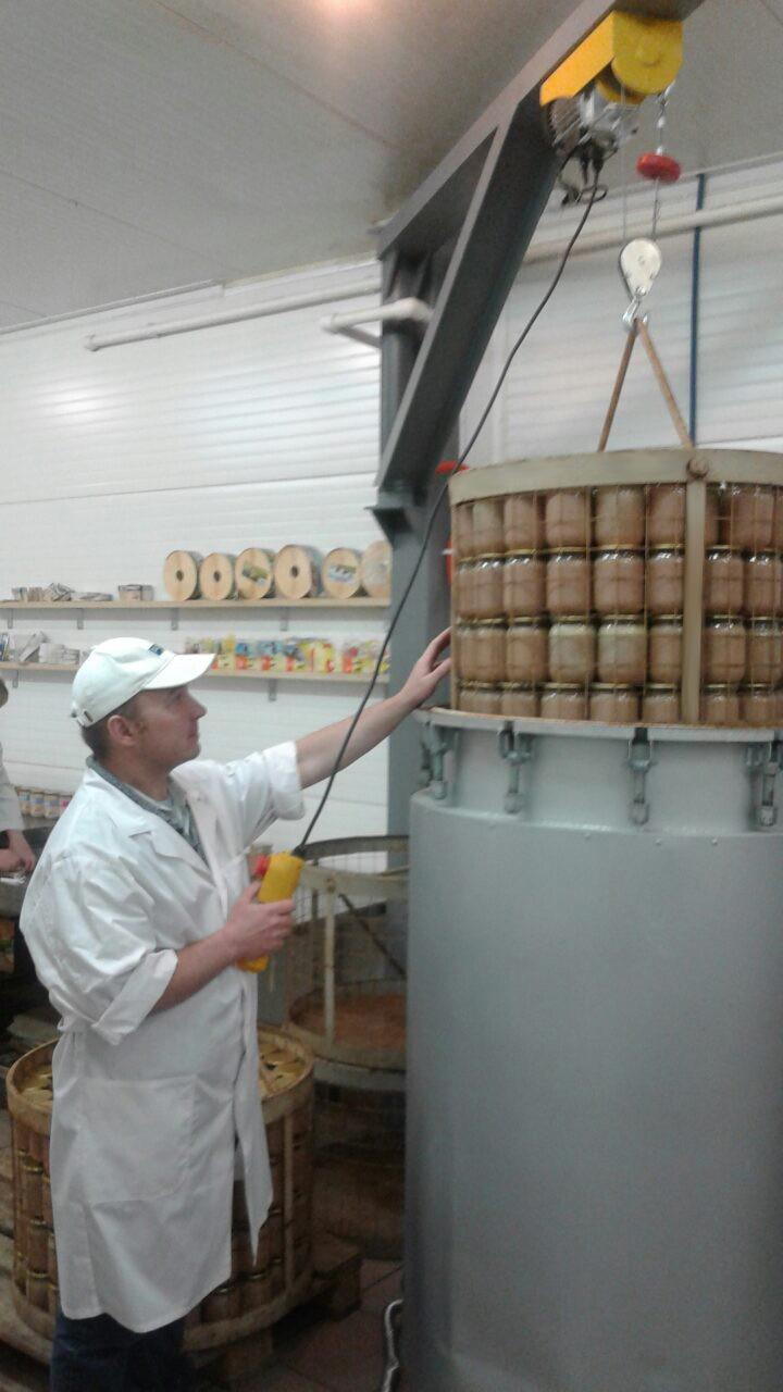 Загрузка корзины с продуктом при помощи механизма загрузки-выгрузки ИПКС-128-500МВ.